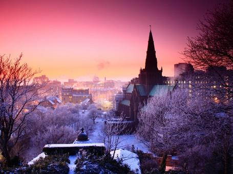 Фото Вечерний город зимой на фоне багряного заката