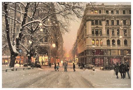 Фото Люди гуляют по улице, вечером, в снегопад (pajonen 2010)
