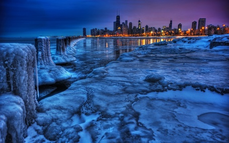 Фото Огни ночного зимноего города за замершим заливом зимой