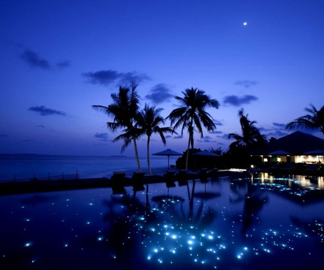 Фото Южная тропическая ночь на фоне неба с вышедшей  луной, блики огней отражаются в прибрежной морской воде (© Felikc), добавлено: 11.12.2012 07:43