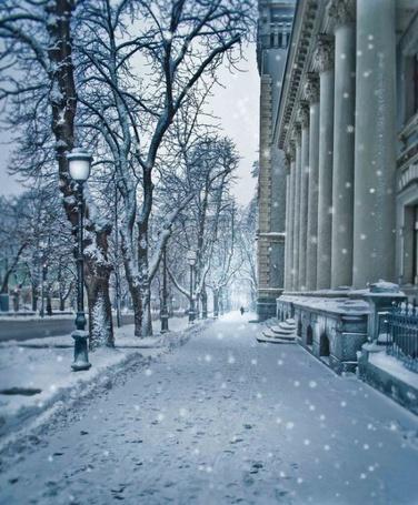 Фото Тихо падает снег зимним морозным утром проснувшегося города