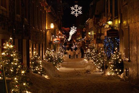 Фото Городская улица в снегу украшенная ёлками и снежинками