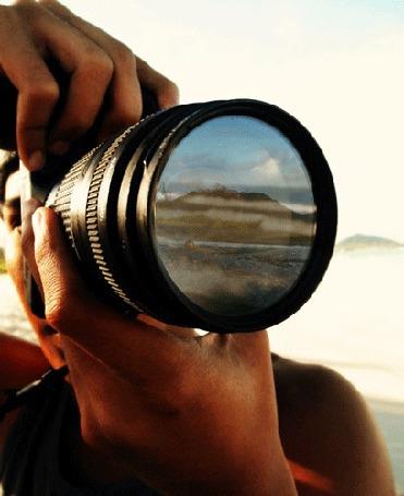 Фото Серфингист отражается в объективе фотоаппарата