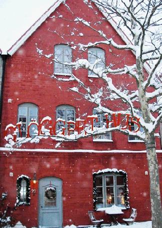 Фото Красный дом под снегопадом