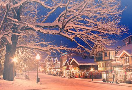 Фото Заснеженная улица города готова к приходу Нового года