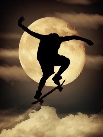 Фото Мужчина прыгает на скейте на фоне луны