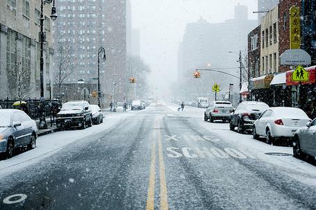 Фото Машины стоят на обочинах заснеженного города (X-ING SCHOOL)