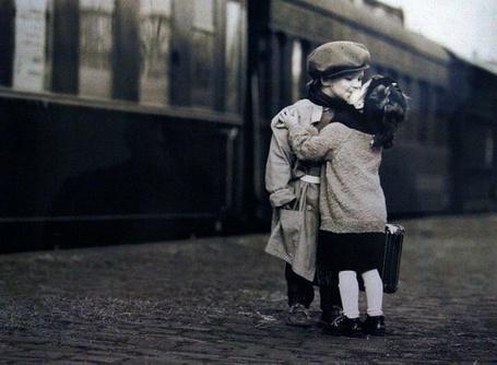 Фото Девочка целует мальчишку на перроне