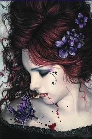 Фото Рыжеволосая девушка-вампир с красивым фиолетовым цветком в волосах, сидящей на плече красивой бабочкой, из закрытого рта течет тоненькая струйка крови, работа испанского художника Виктории Франсез / Victoria Frances