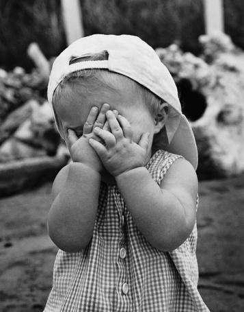 Фото Малыш в кепочке прикрыл ручками глазки (© Black Tide), добавлено: 20.12.2012 17:49