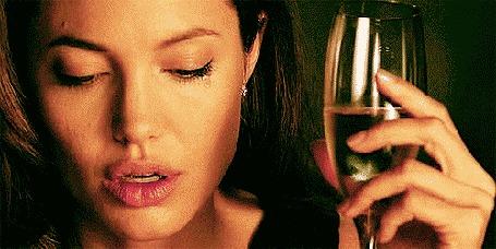 Фото Анджелина Джоли / Аngelina Jolie с бокалом шампанского в руке плачет