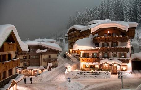 Фото Курортный поселок в Альпах, фотограф Харис Витулкас / Alps, photo by Haris Vithoulkas