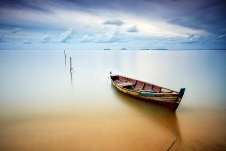 Фото Лодка лежит на песке у берега моря, фотограф Бобби Бонг / Bobby Bong (© ), добавлено: 21.12.2012 00:34