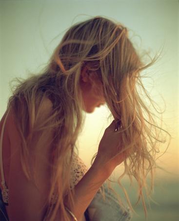 Фото Девушка с распущенными светлыми волосами, растрепавшимися от ветра, на фоне неба (© ), добавлено: 22.12.2012 15:03