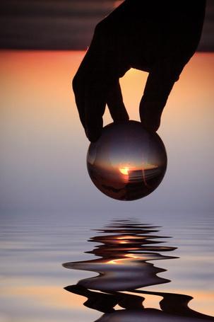 Фото Закат солнца сквозь шарик в руке  (© ), добавлено: 22.12.2012 17:15