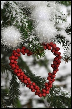 Фото Елочная ветка украшена снежком и сердечком