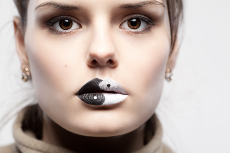 Фото Девушка с макияжем Инь - Янь