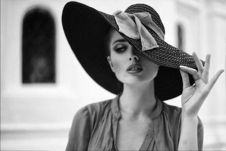 Фото Красивая девушка придерживает рукой широкую шляпу (© Morena), добавлено: 25.12.2012 21:13