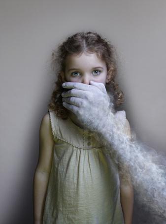 Фото Рука из дыма прикрывает ротик девочки