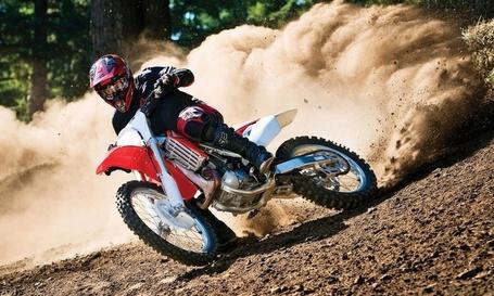 Фото Мотоциклист, участвующий в спортивных гонках по  пересеченной местности