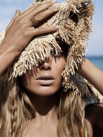 Фото Модель Даутцен Крез / Doutzen Kroes в фотосессии Джоша Олинса / Josh Olins  для журнала Vogue в соломенной шляпе, схватилась руками за голову