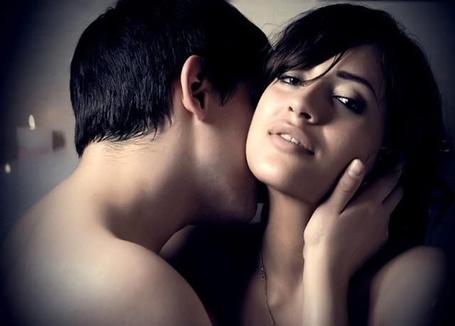 фото парень прижимает девушку к стене в порыве страсти
