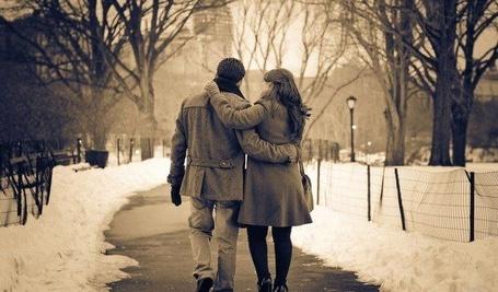 Фото Мужчина и девушка идут обнявшись по аллее (© Banditka), добавлено: 28.12.2012 20:27