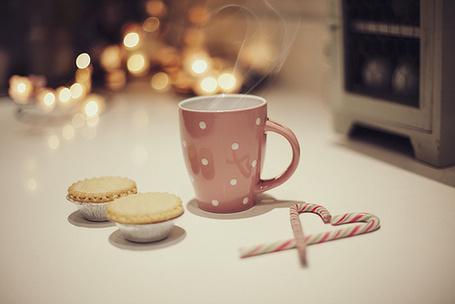 Фото Розовая чашка, новогодние леденцы и печенье