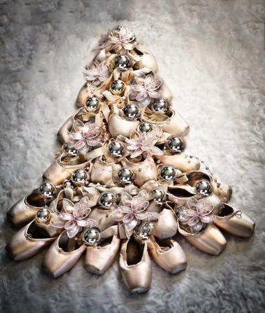 Фото Пуанты выложены в виде елки и украшены новогодними игрушками: цветочками и шарами