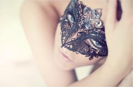 Фото Девушка в черной маске смотрит в верх (© Black Tide), добавлено: 29.12.2012 20:39