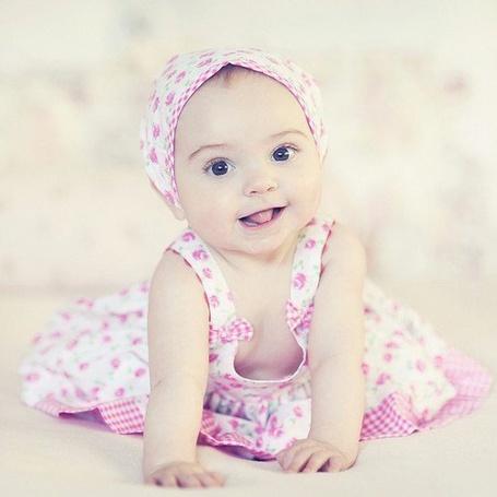 Фото Маленькая девочка с большими карими глазами