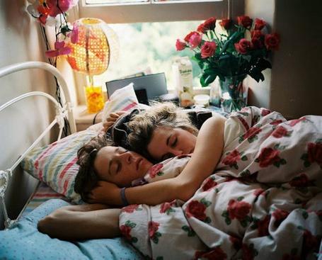 Фото Девушка с мужчиной спят в кровати