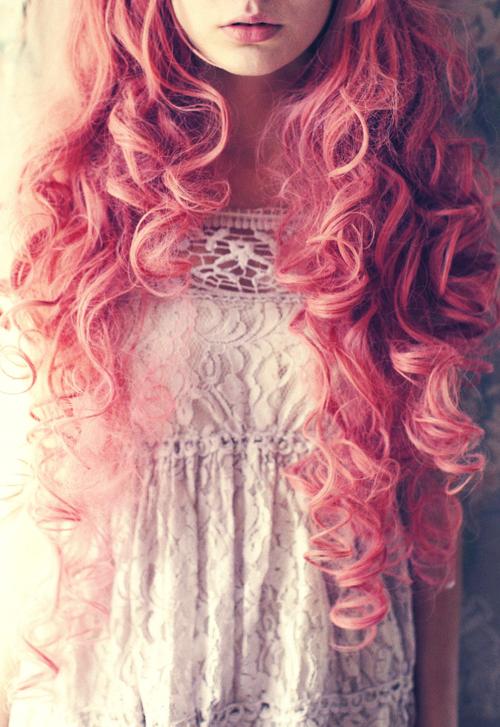 В белом платье с розовыми волосами