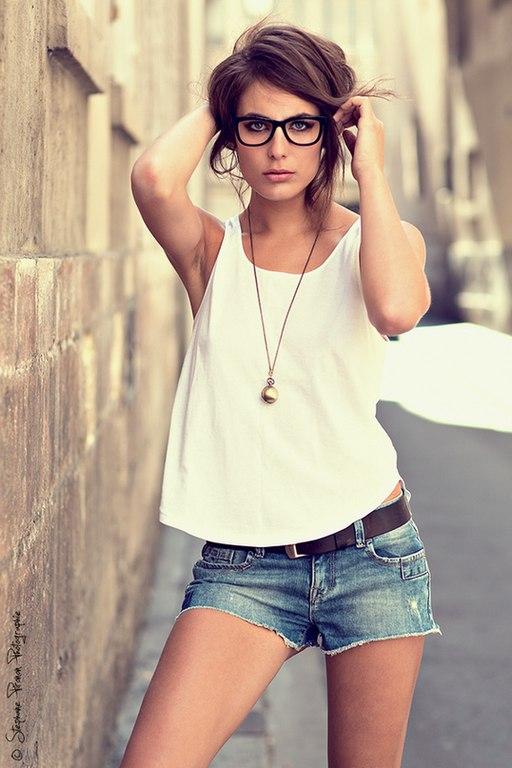 девушка в джинсовых шортах и рубашке