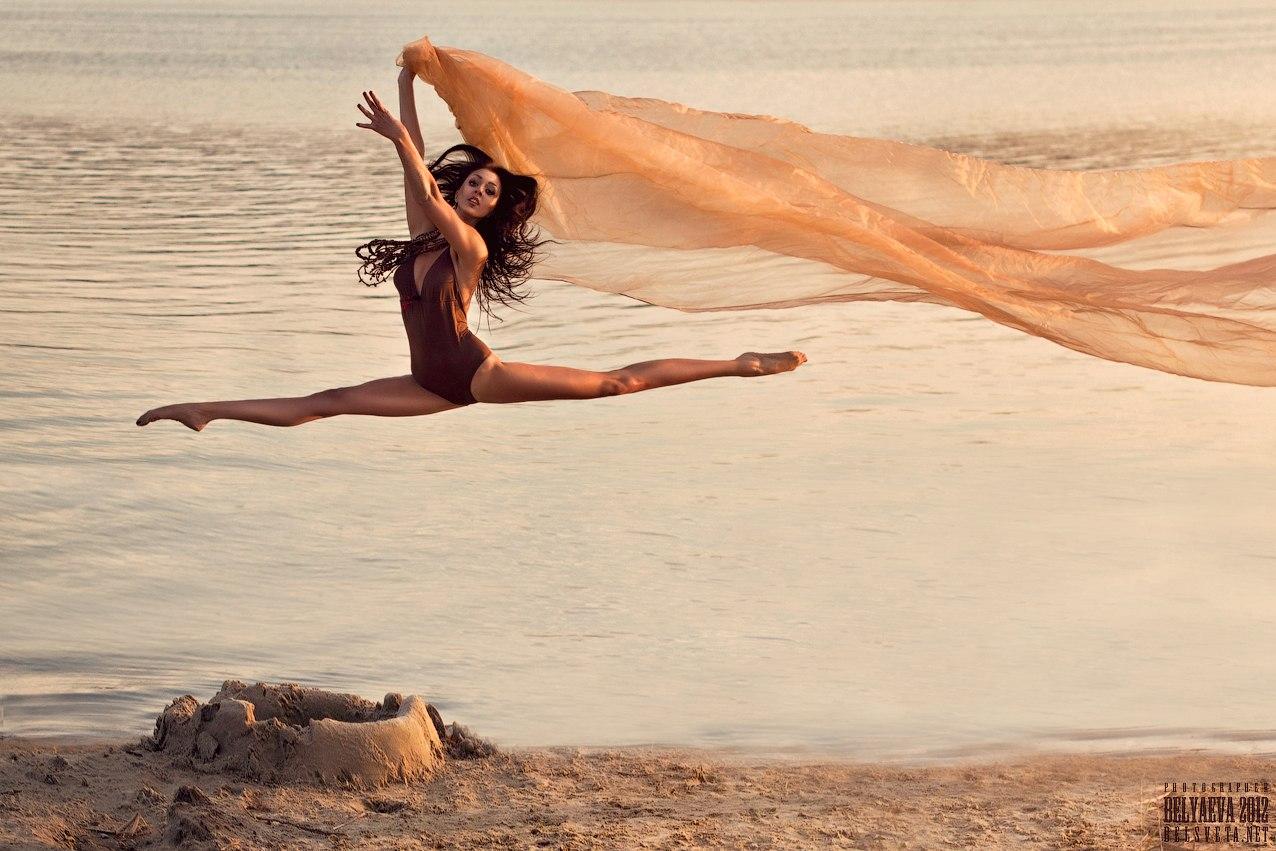 Фото очень изящных девушек на фоне пустыни 5 фотография