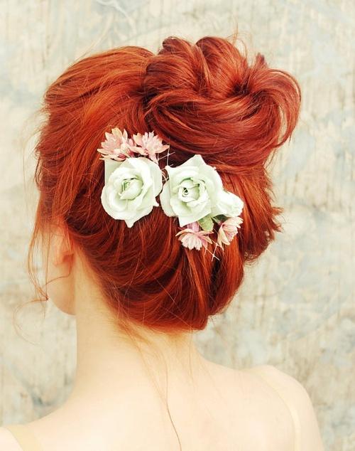 Рыжие девушки с цветами