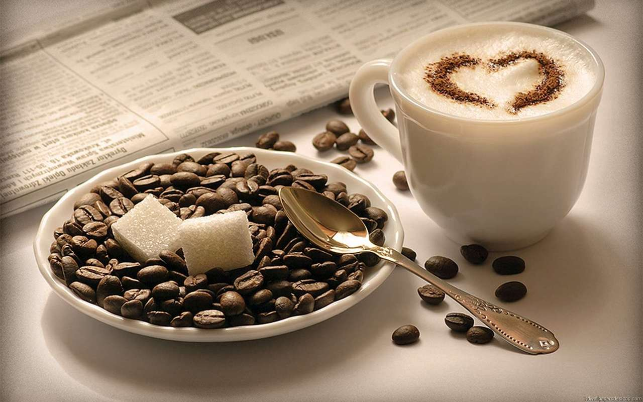 Фото Зерна кофе и кусочки сахара в блюдце, чашка с кофе и газета на столе