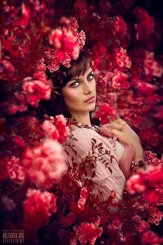Фото девушка кусте цветов фотограф