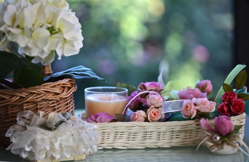 Цветы в плетеной корзинке