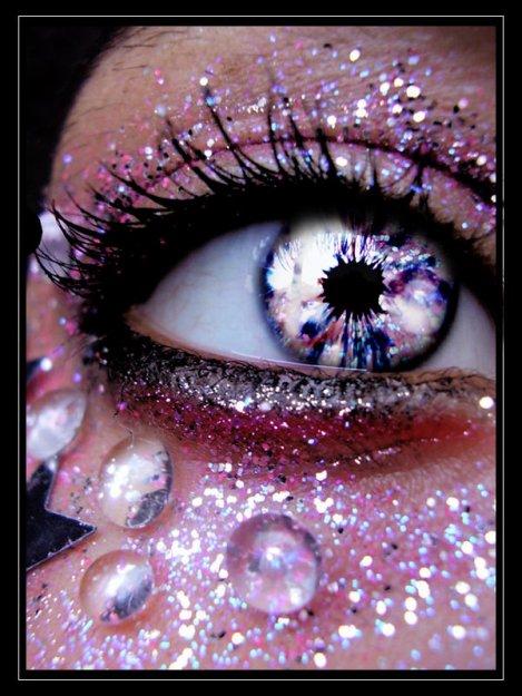 Фото Глаз девушки с блестками и разноцветным зрачком