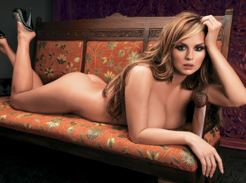 Photo Anna Semenovich / Anna Semenovich lies naked on the sofa.