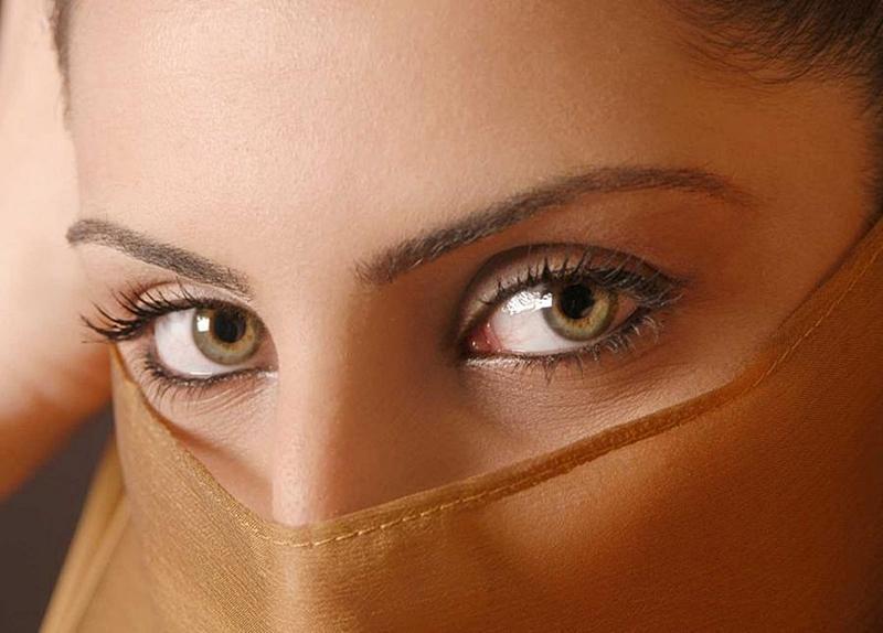 Фото глаза болотного цвета над
