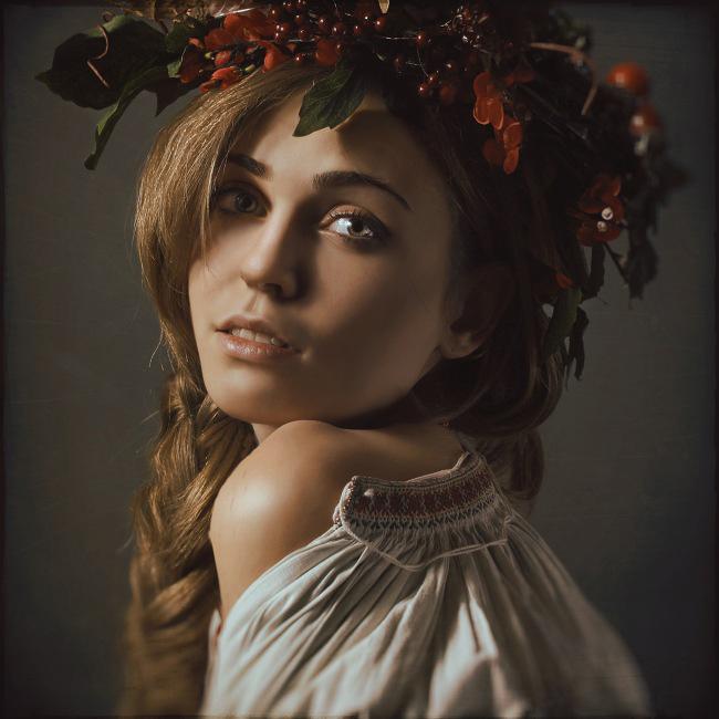 Красивая девушка с венком на голове из