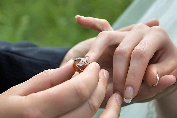 Почему замужняя женщина не носит обручальное кольцо есть
