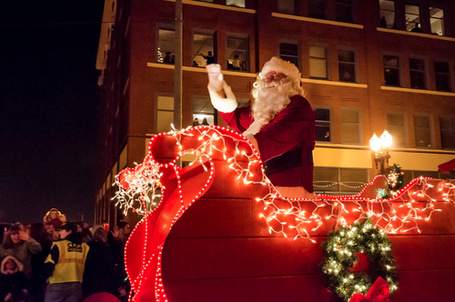 Фото Дед Мороз сидит в санях и машет рукой