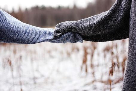 Фото Две руки, укутанные в свитер, держатся друг за друга (© Кофе мой друг), добавлено: 01.01.2013 20:08