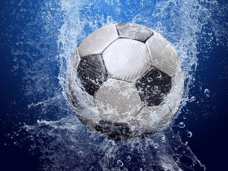 Фото Футбольный мяч падает в воду
