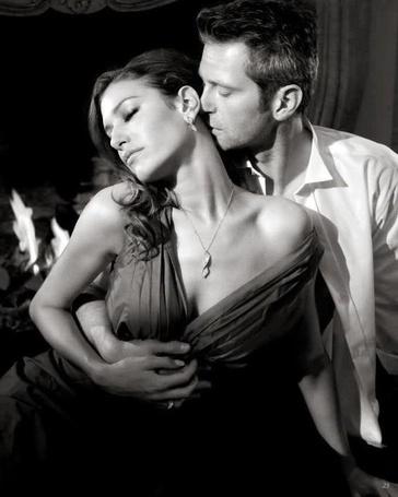 парень целует девушку в грудь