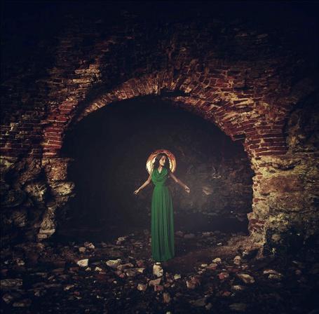 Фото Девушка в зелёном платье на фоне полуразрушенной стены, фотограф Алина Троева (© INFERI), добавлено: 02.01.2013 19:08