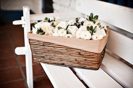 Фото Белые цветы в корзине лежащей на лавочке